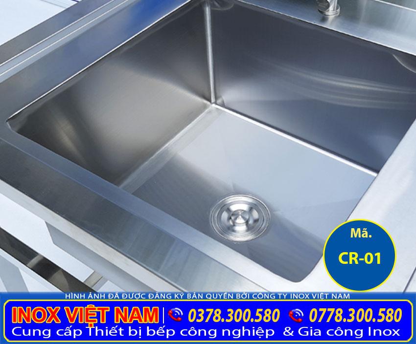 Bồn rửa chén đơn có chân có thiết kế hộc rửa sâu rộng, chất liệu inox 304 bền đẹp (Ảnh thật tế).