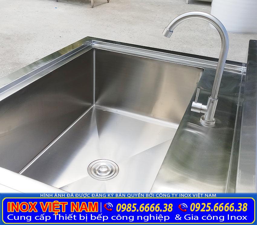 Vòi nước chậu rửa chén inox công nghiệp, bồn rửa chén inox có chân. Với chất liệu inox 304 cao cấp tiện ích, dễ dàng đóng mở. (Ảnh thật tế)