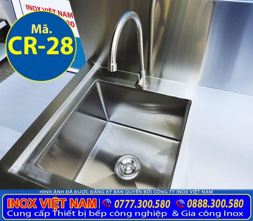 Bồn rửa chén inox công nghiệp thiết kế hố rửa với kích cỡ rộng, sâu có thể chứa được lượng lớn bát đĩa.