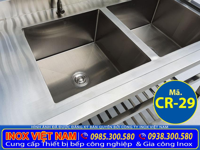 Cận cảnh chậu rửa công nghiệp 2 ngăn, bồn rửa bát inox có chân CR-29.