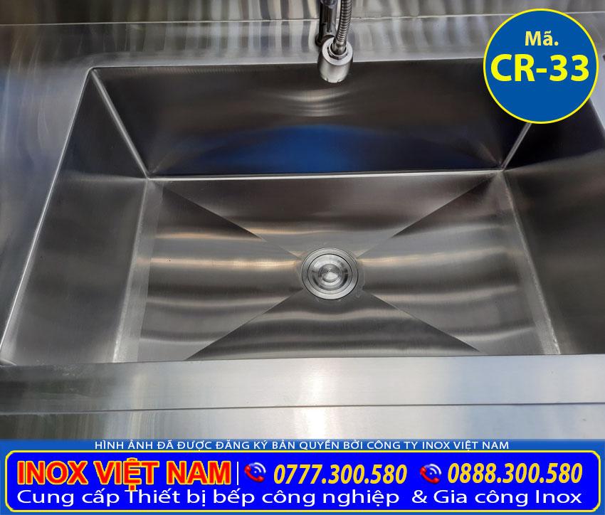 Hộc chậu rửa với thiết kế sâu rộng. Ở phần đáy bồn rửa chén inox được chấn dập rãnh để dồn toàn bộ nước về đó và đưa đến ống thoát.
