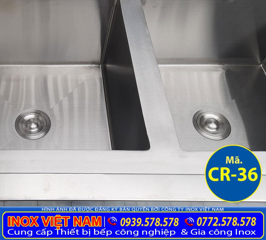 Các hộc của bồn rửa chén đôi inox 304 có kệ dưới và hộc tủ có thiết kế sâu và rộng